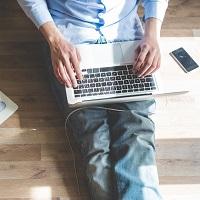 Зарегистрироваться в качестве безработного и подать заявление на пособие можно через портал госуслуг